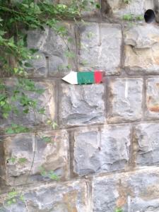 Freccia che segnala il Cammino di Assisi